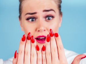 Donna con un'unghia rotta