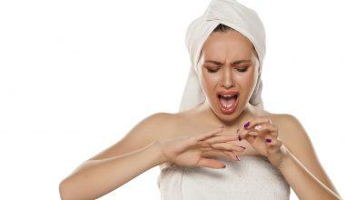 Ragazza con dolore alle unghie