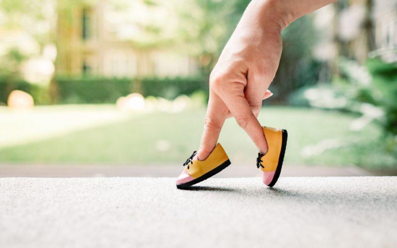 Dita dentro delle piccole scarpe