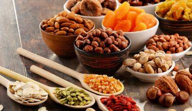 Vari tipi di frutta secca ed essiccata
