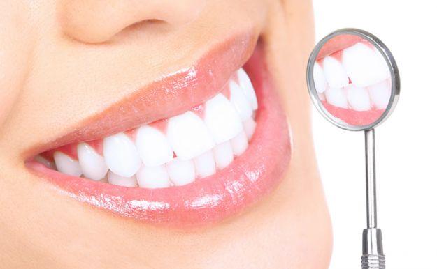 trucchi casalinghi per sbiancare i denti