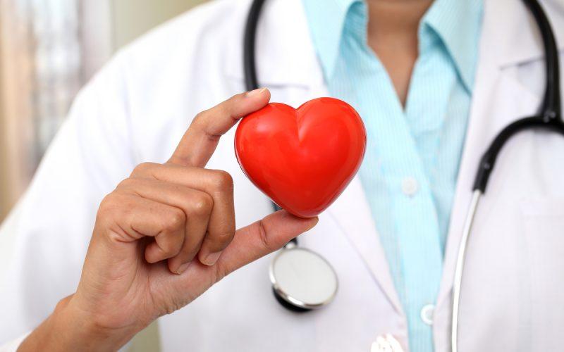 cuore rosso medico sullo sfondo
