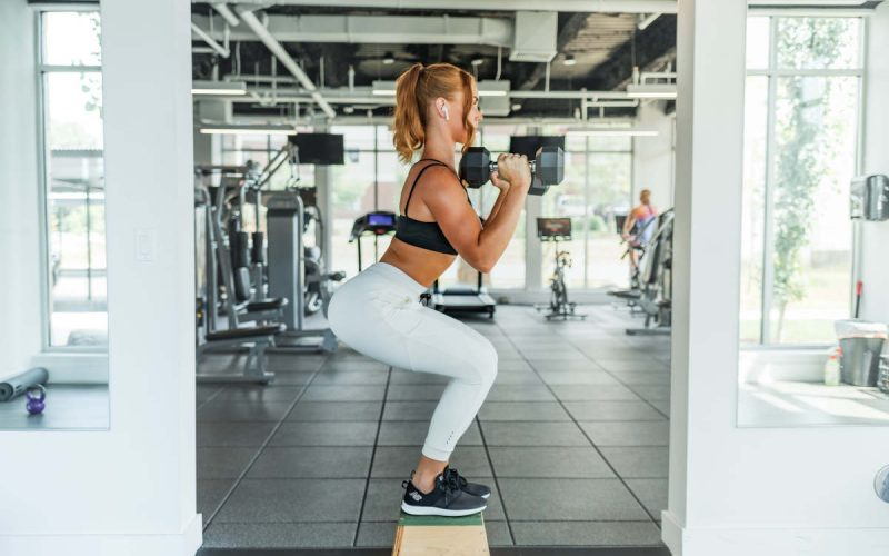 ragazza che si allena