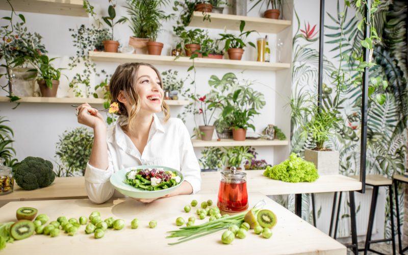 Donna che mangia verdure