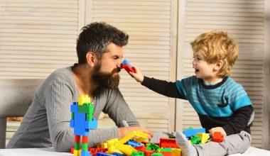 Padre che gioca col figlio