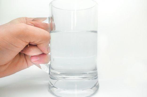 bere acqua calda a digiuno