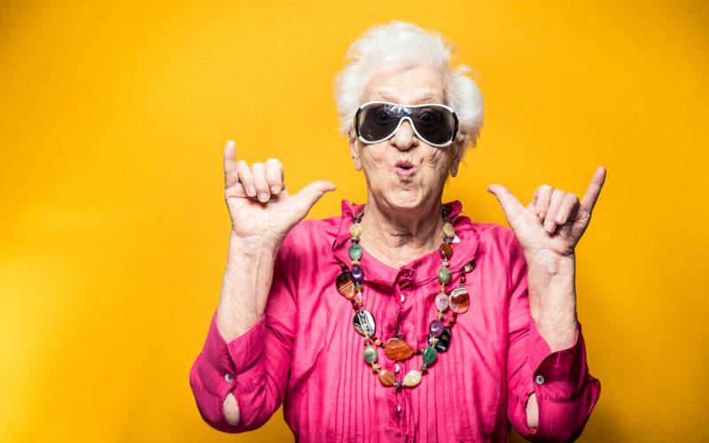 Donna anziana con gli occhiali da sole