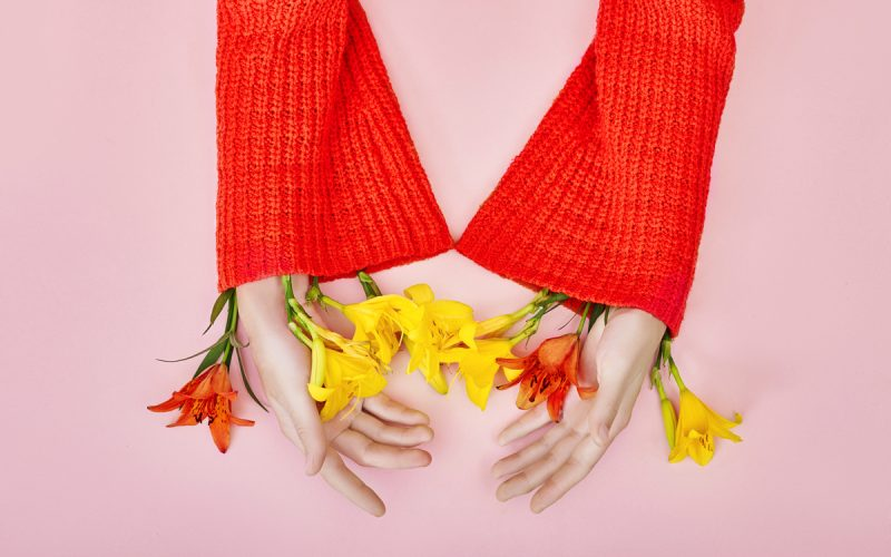 Mani di donna con fiori