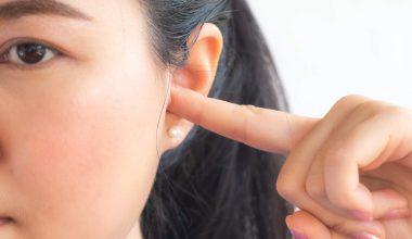 ragazza con mal d'orecchio
