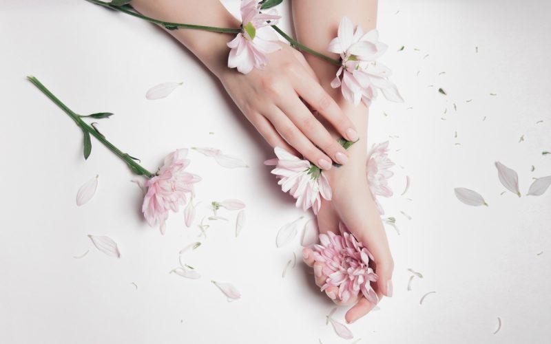 Mani con fiori rosa