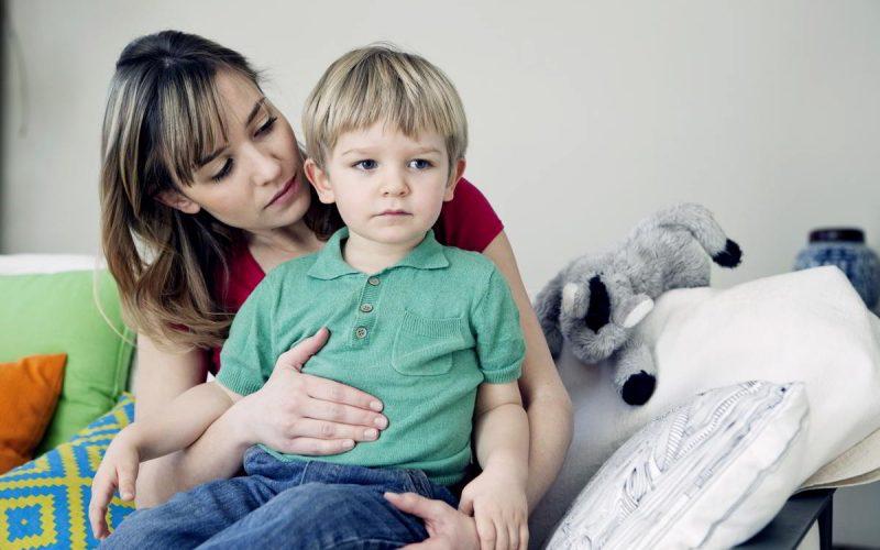 bambino con mal di pancia in braccio alla mamma