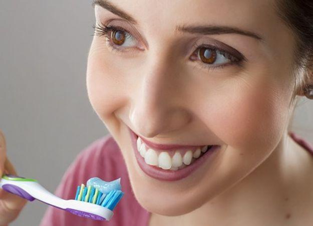 Denti spazzolino macchie