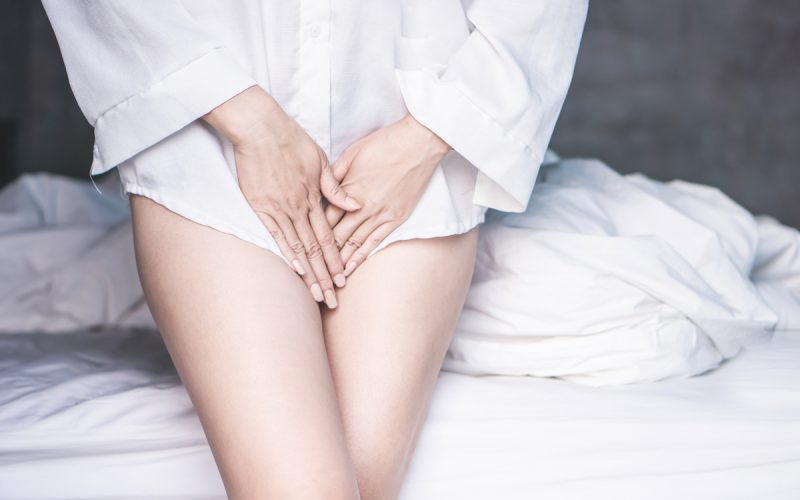 Donna con i linfonodi inguinali ingrossati