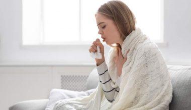 giovane donna con tosse