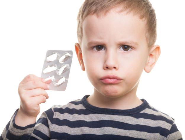 bambino assume antibiotici
