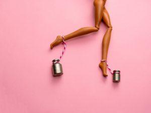 Barbie con pesi attorno alle caviglie