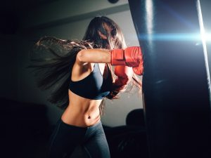 Donna che fa chick boxing