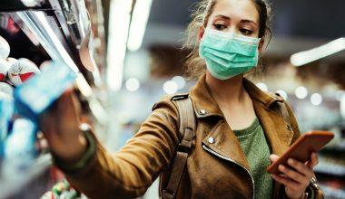 Donna che fa la spesa con la mascherina