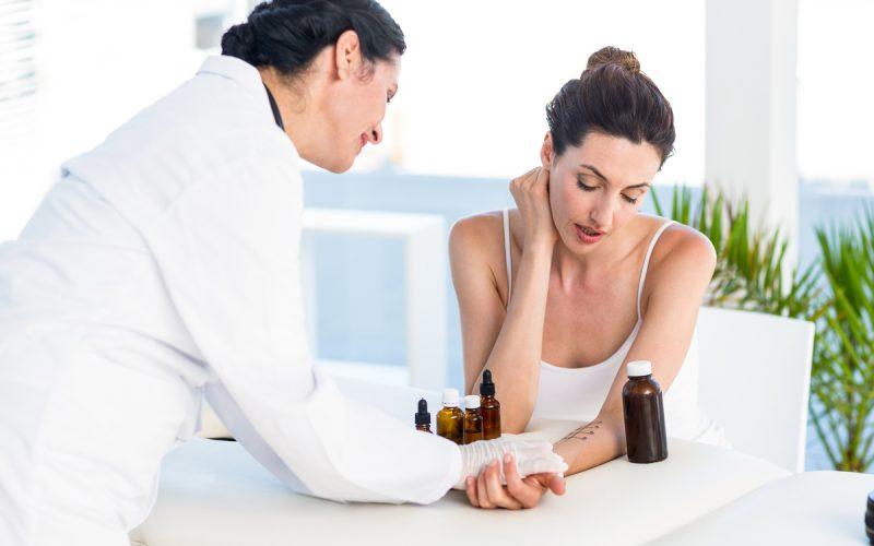 Medico e paziente durante un test allergico