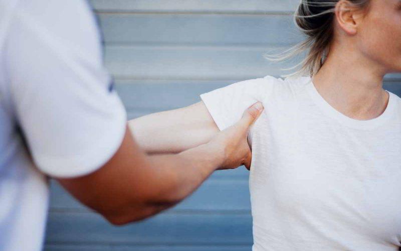 donna con lussazione spalla