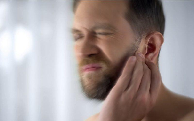 uomo con mal d'orecchi