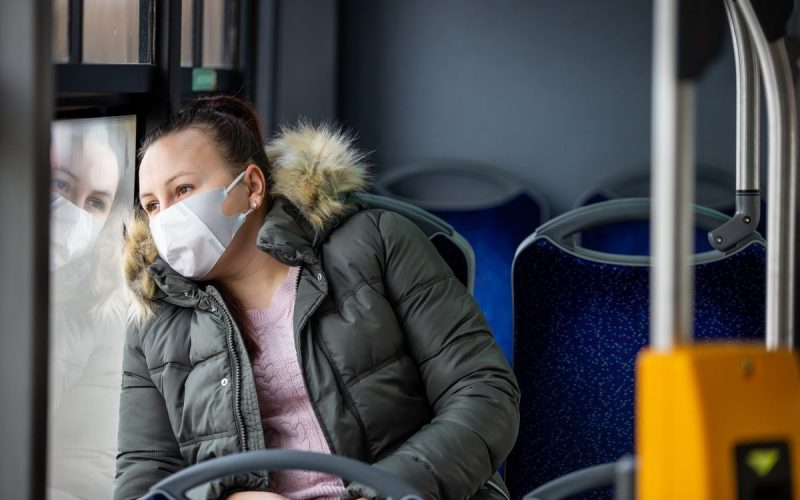 donna sul tram con mascherina