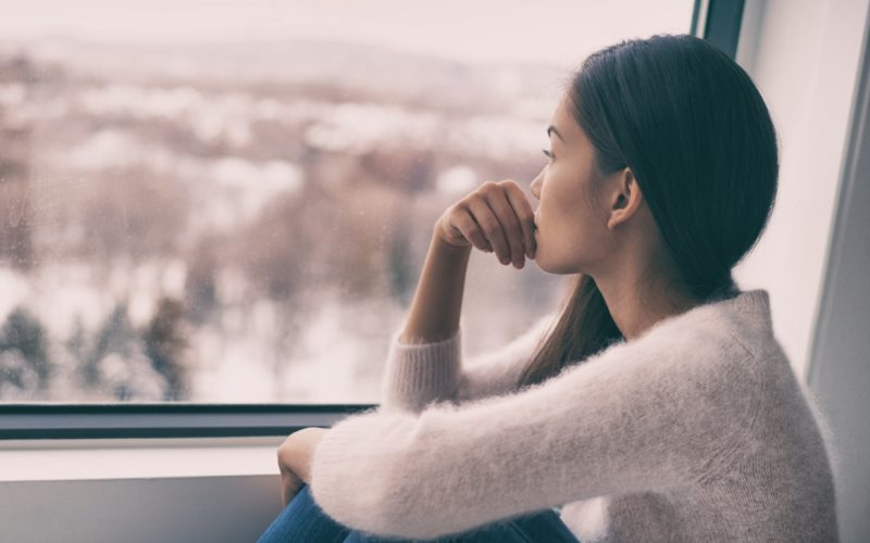 Ragazza che guarda fuori dalla finestra
