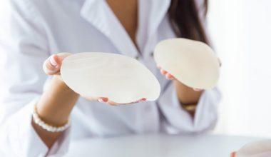 medico mostra protesi mammarie