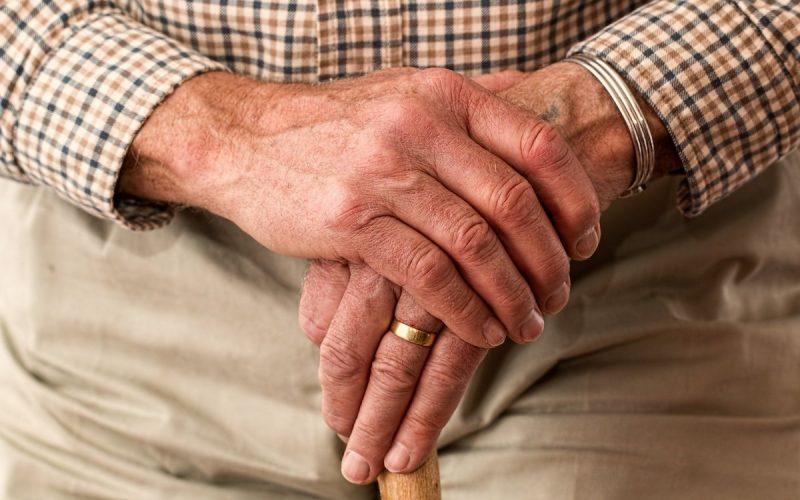 mani uomo anziano