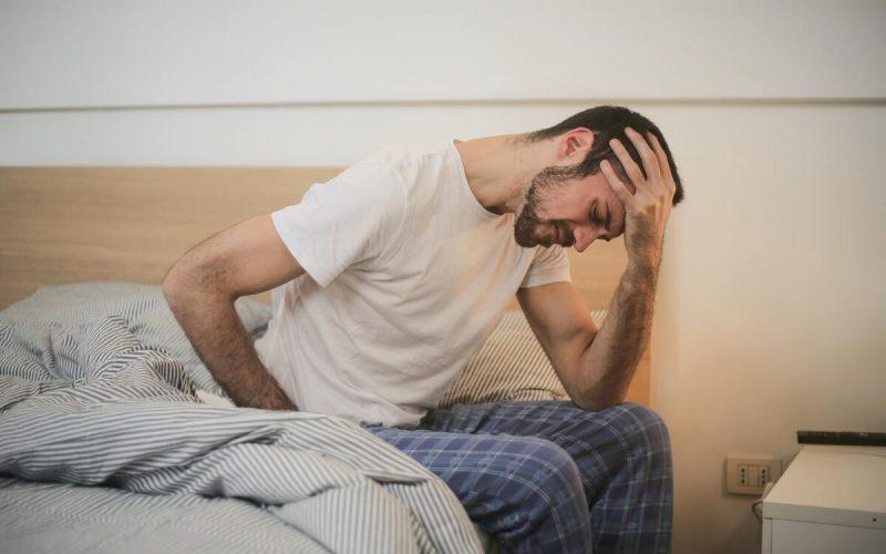 Uomo con dolore alla testa