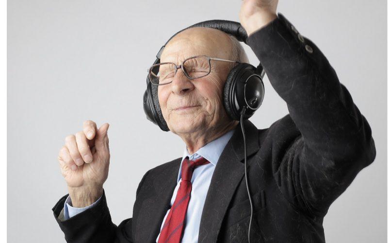 uomo anziano che ascolta la musica e balla