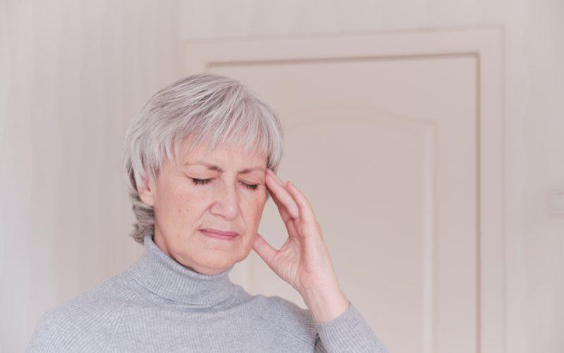 Donna con dolore cronico alla testa