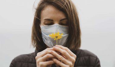 olfatto annusare fiore ragazza
