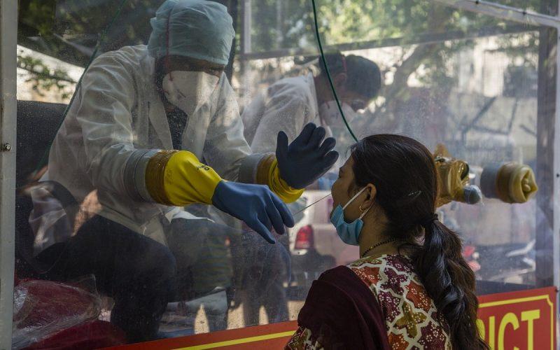 Donna indiana sottoposta al tampone contro il coronavirus