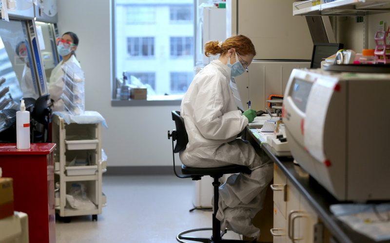 Laboratorio con scienziati al lavoro