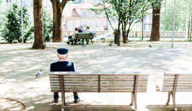 anziano seduto su panchina