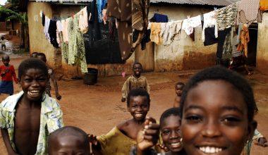 Bambini in Africa sottoposti a vaccino contro la malaria