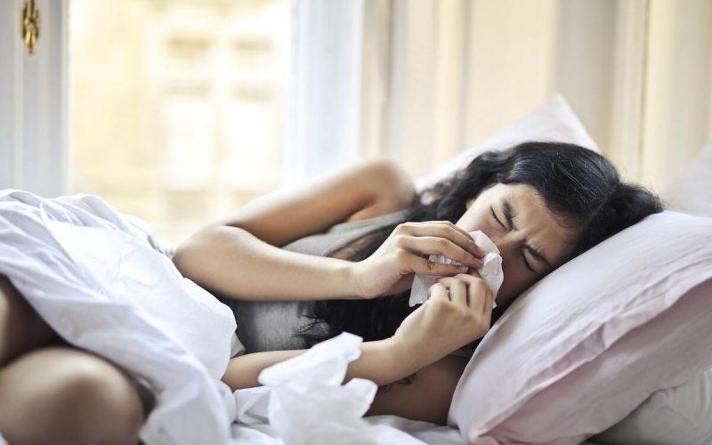 donna a letto con sintomi influenzali