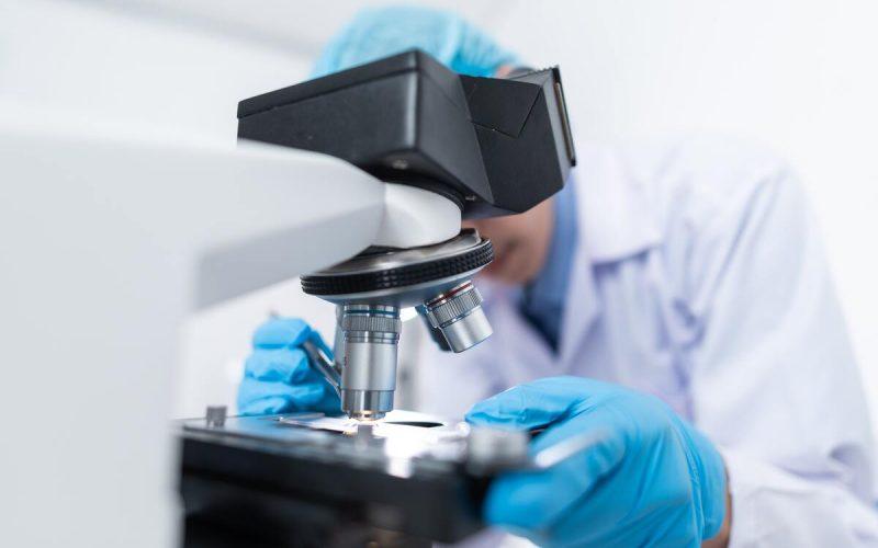 ricercatore al miscroscopio