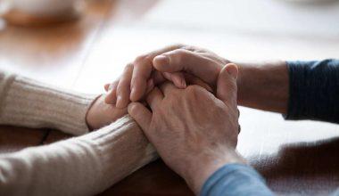 mani anziane intrecciate