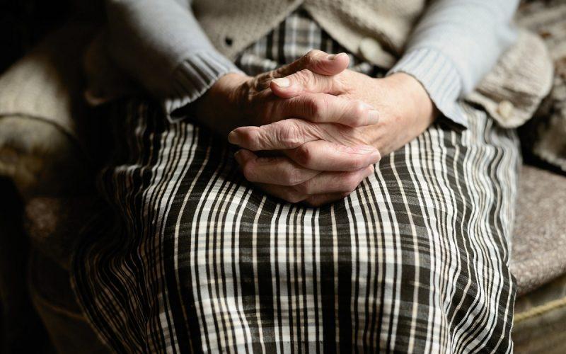 mani di una persona anziana