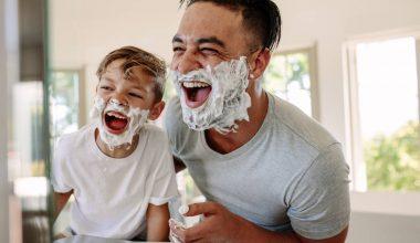 Padre e figlio che sorridono